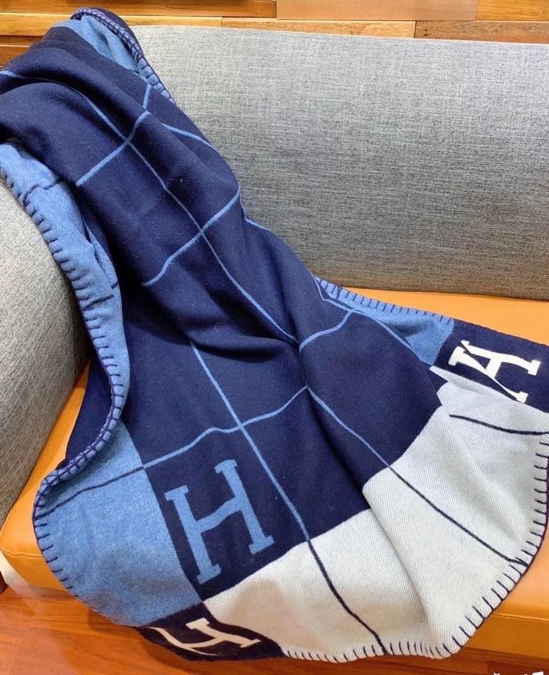 Hermès AvalonIII轻薄毛毯  提花编织羊毛和山羊绒混纺轻薄毛毯(90%羊毛和10%山羊绒)。  尺寸:长170x宽135厘米