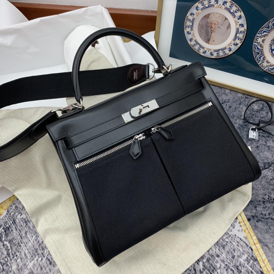 爱马仕 kelly lakis 32 双拉的设计显得更有当代感 前面增加两个口袋搭配精致的拉链 炸街简直轻而易举 通勤也是易如反掌 box皮拼帆布 黑银