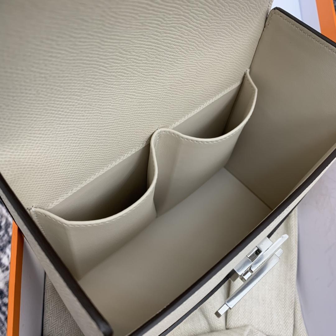 HERMES ccinhetic 18cm 盒子包   Epsom 皮 新设计的H不规则扣非常精细特别,备受它人瞩目的焦点  i2 奶油白