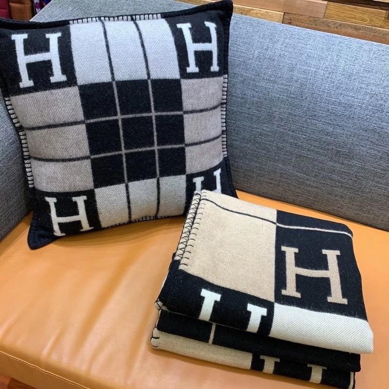 Hermès  Avalon III轻薄毛毯  提花编织羊毛和山羊绒混纺轻薄毛毯(90%羊毛和10%山羊绒)。  尺寸:长170 x 宽135厘米