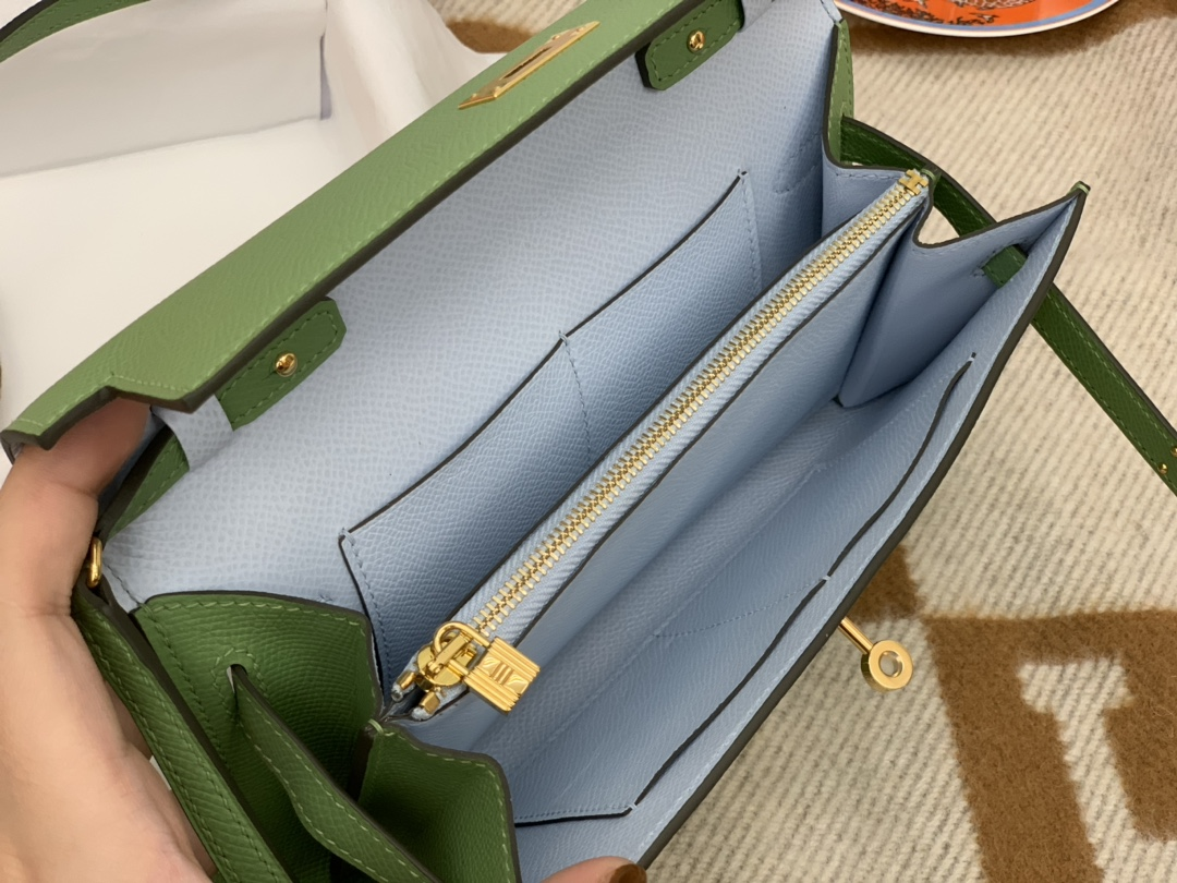 HERMES 香港爱马仕官网 Kelly to go 小肩包完美的搭配,原装斜背带子、可以拆卸当手包,钱包,不用另外改装 很方便,一包多用法