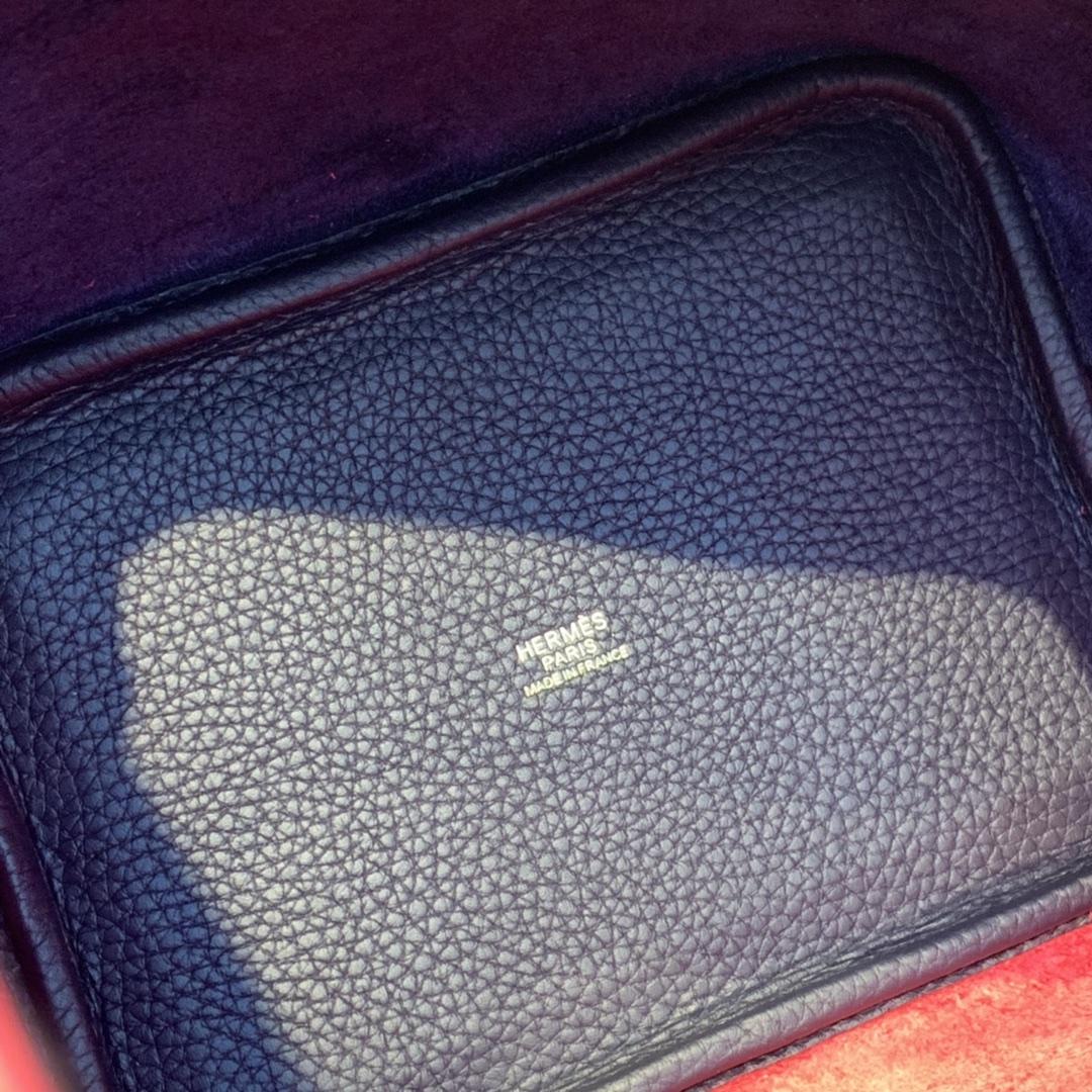 Hermes picotin18cm 作为H家的入门款 实用款对它感兴趣的亲们有不少 进口Tc皮 73宝石蓝拼心红金扣这配色好特别挺别致的不会烂大街
