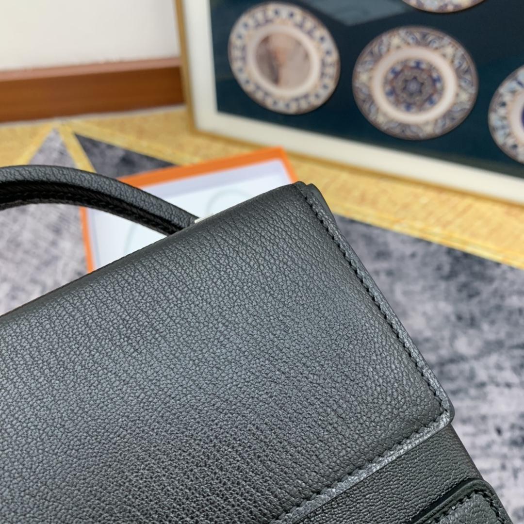 HERMES ccinhetic 18cm 盒子包 Epsom 皮 新设计的H不规则扣非常精细特别,备受它人瞩目的焦点 黑内电光蓝