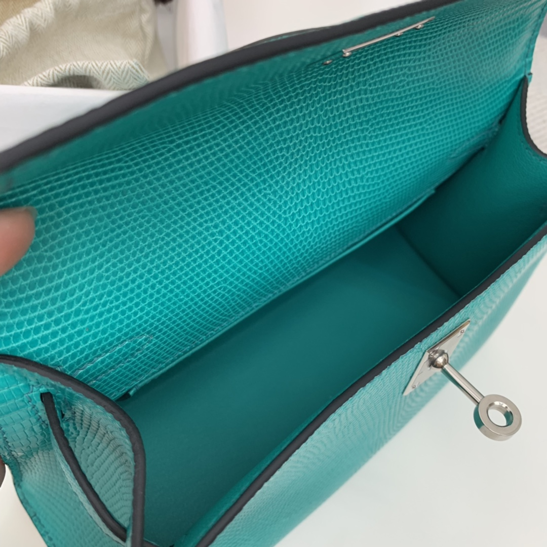 爱马仕香港官网  Kelly pochette   可盐可甜   西班牙 lizard 蜥蜴 7V湖水绿 银扣 这个颜色很特别 值得挑战一下