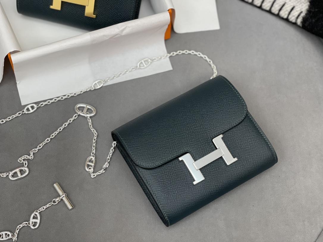 Constance compact 腰包 钱包背后做成了可以穿过腰带或皮带的皮搭  Epsom 6O松柏绿 Vert Cypres 金银扣