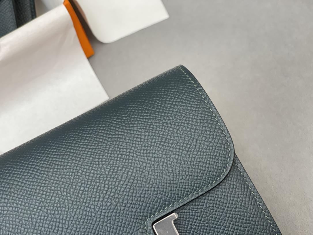 爱马仕 Constance compact 腰包 钱包背后做成了可以穿过腰带或皮带的皮搭 Epsom 6O松柏绿 Vert Cypres 银扣