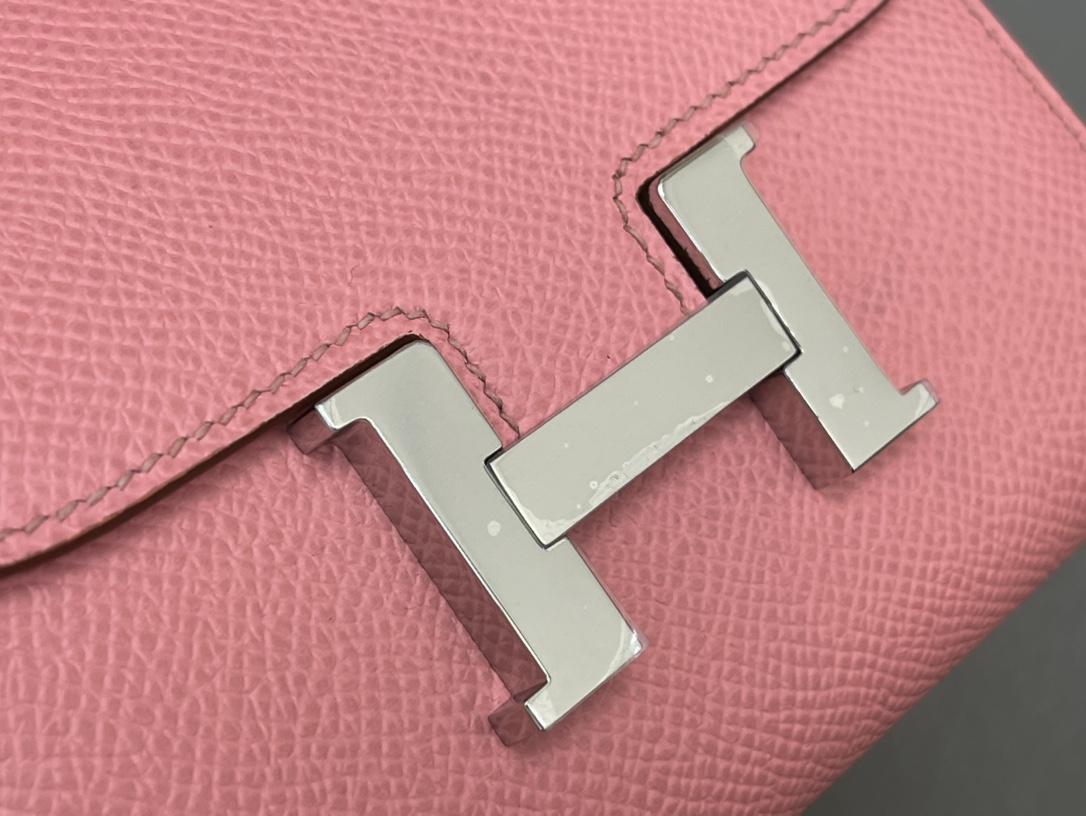 爱马仕 Constance compact 腰包 钱包背后做成了可以穿过腰带或皮带的皮搭 Epsom 1Q 奶昔粉 Rose Confetti 银扣