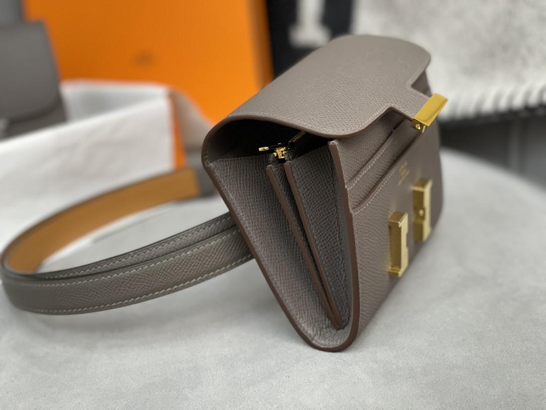 爱马仕 Constance compact 腰包 钱包背后做成了可以穿过腰带或皮带的皮搭 Epsom 8F 锡器灰 Erain 金扣