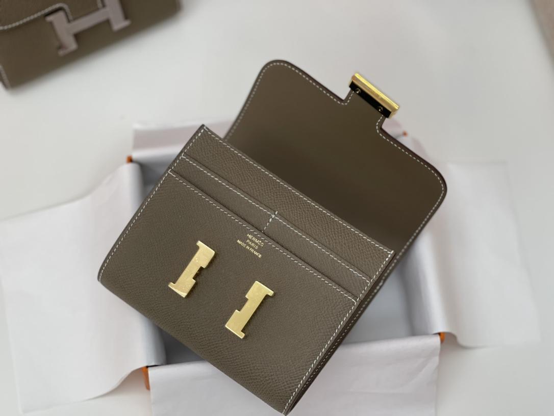 爱马仕 Constance compact 腰包 钱包背后做成了可以穿过腰带或皮带的皮搭 Epsom 18大象灰 Etoupe 金扣