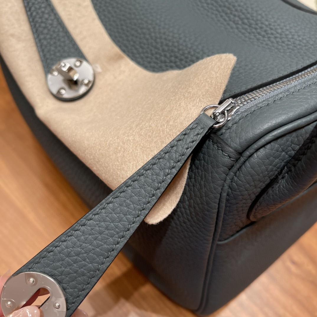 爱马仕 26Lindy 大容量包包,通勤又日常 Clemence 皮  Y7 飓风蓝 银扣  蓝色带点灰色调 很高级的颜色