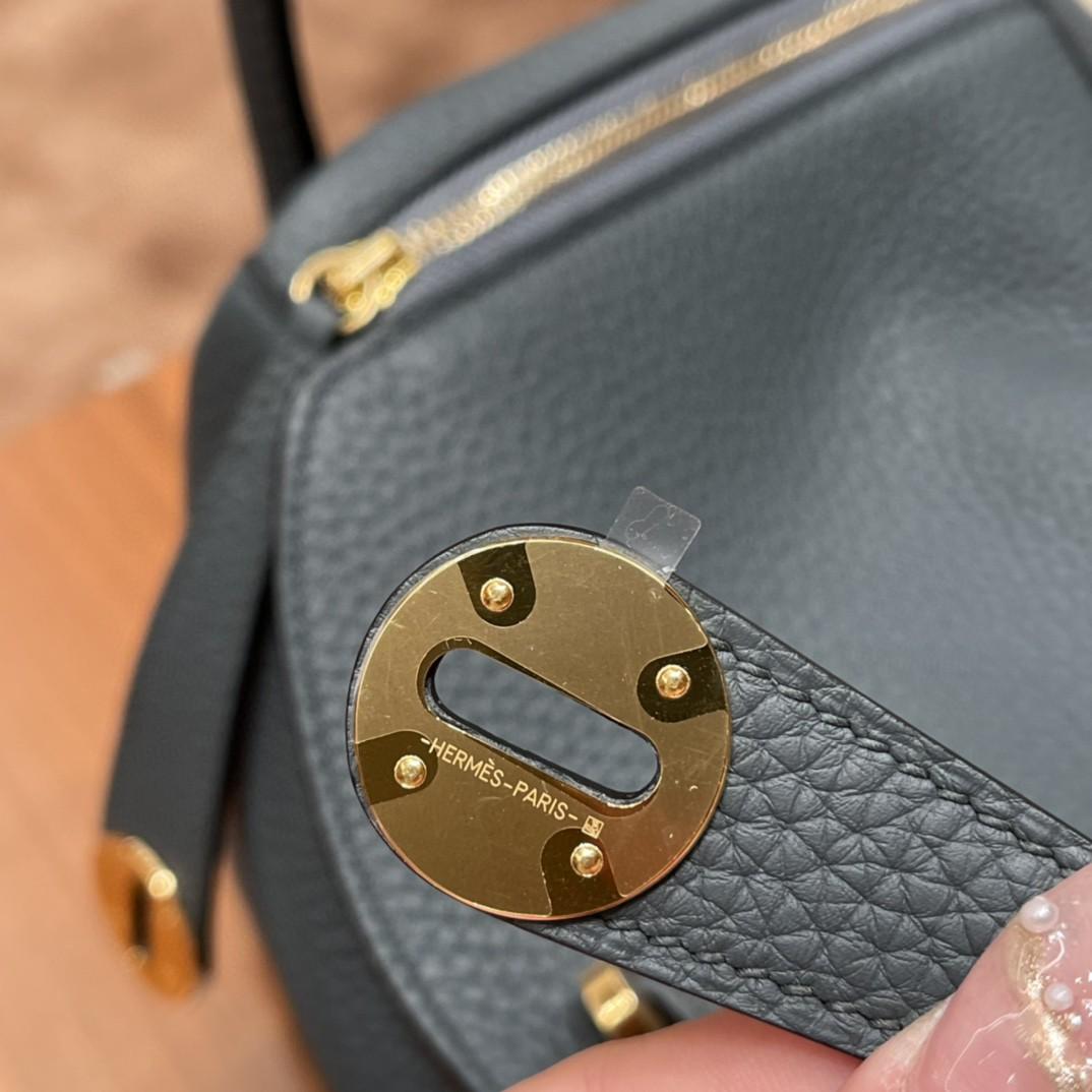 爱马仕 26Lindy 大容量包包,通勤又日常 Clemence 皮  Y7 飓风蓝 金扣  蓝色带点灰色调 很高级的颜色