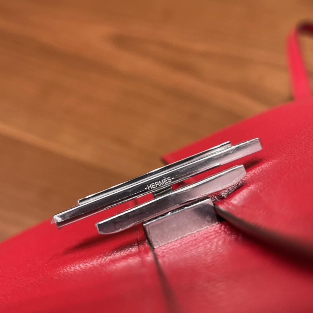 爱马仕 cinhetic to go 17cm 山羊皮 S3 心红 小包当道 卸肩带 斜挎、单肩两不误 飞机包 旋转开合,非常有设计感