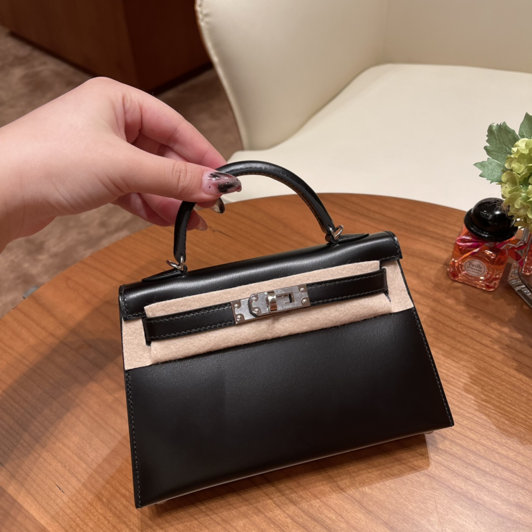 HERMES 爱马仕 Mini Kelly 二代 特别精致小巧,热销度 Box皮 普皮中的王者,光泽度绝了 89 黑色银扣 最百搭的颜色