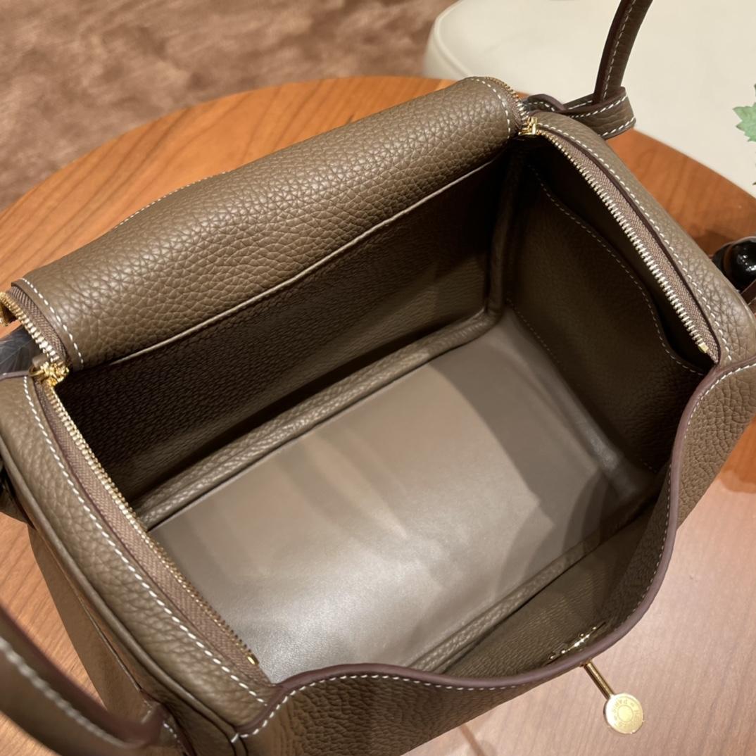 爱马仕官网 香港代购 26Lindy 大容量包包,通勤又日常 Clemence 皮 18 大象灰 金扣